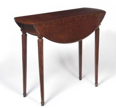Petite table ovale en acajou moucheté, le plateau à volets et le piétement escamotable,...