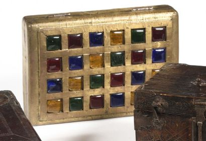 Coffret en cuivre et verre teinté, à décor...
