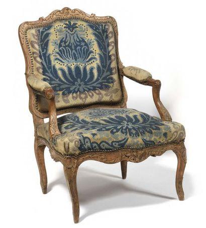 Beau fauteuil en hêtre sculpté à dossier...