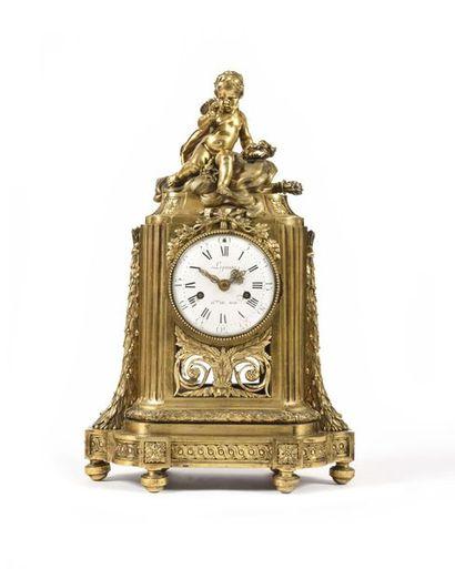 Pendule en bronze doré à décor ajouré de...