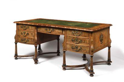 Grand bureau Mazarin en noyer et bois fruitiers,...