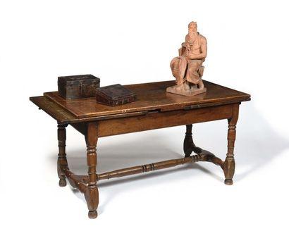 Table à l'italienne en noyer sculpté, avec...