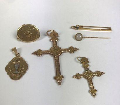 ENSEMBLE de BIJOUX en or comprenant : 2 croix,...