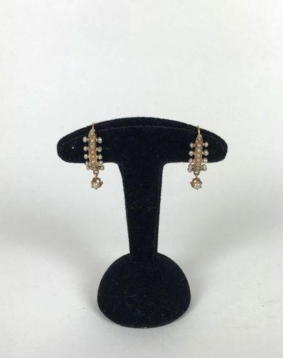 PAIRE DE BOUCLES D'OREILLES en or jaunes serties de nombreuses perles fines , dont...