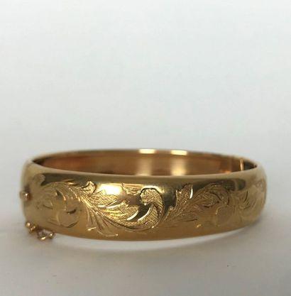 BRACELET jonc en or jaune à motif feuillagé gravé. Poids : 27,3 g