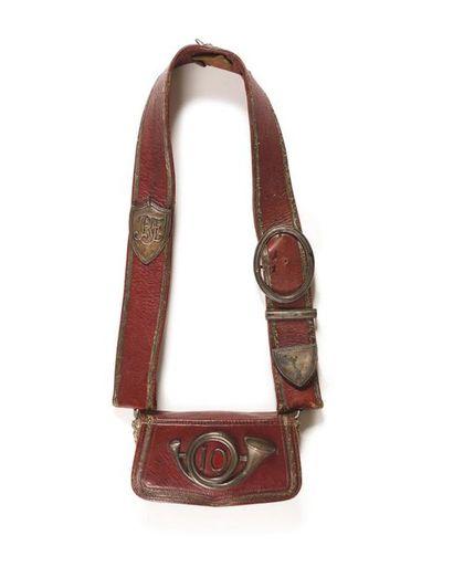 Giberne d'officier du 10è de chasseurs à cheval, en maroquin rouge. Motif au cor...