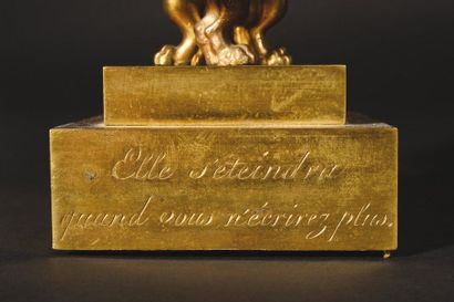 Écritoire dite « Psyché à l'aiguière » de forme rectangulaire en bronze doré, elle...