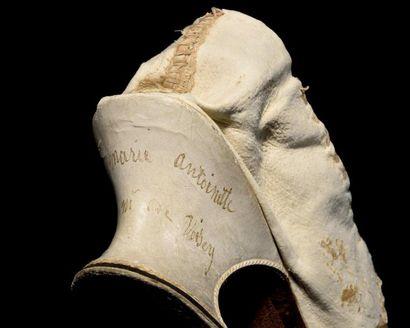 LA REINE Marie-Antoinette   Rare et fin soulier de couleur en soie sur le tiers...