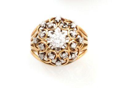 BAGUE en or jaune retant un diamant central...