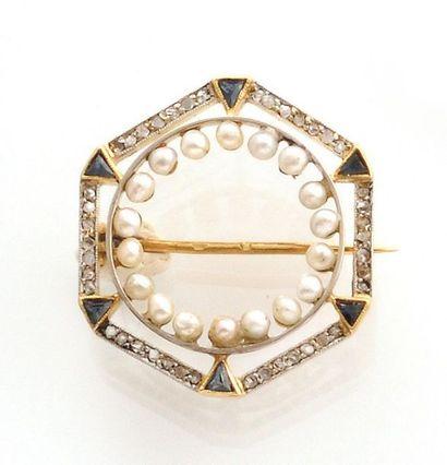 2 BROCHES en or jaune 750 millièmes, l'une de forme octogonale ornée de diamants,...