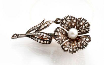 BROCHE TREMBLEUSE en or et argent, stylisant une fleur réhaussée de diamants de...