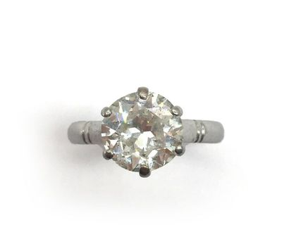 BAGUE en or gris 750 millièmes présentant un diamant d'environ 2 carats taille brillant...