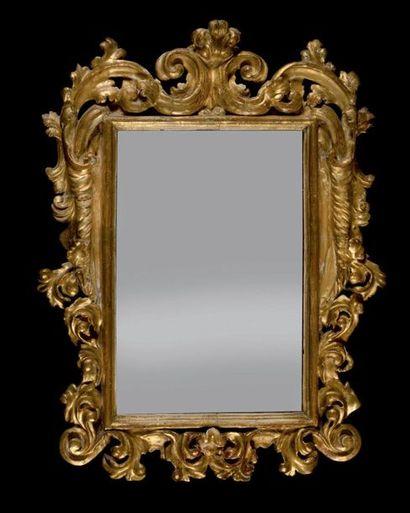 Miroir en bois doré à décor ajouré de feuillages...