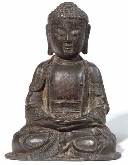CHINE Bouddha Amitayus en bronze à patine brune assis en position du lotus ( Padmasana),...