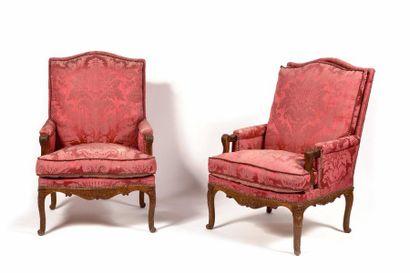 Paire de fauteuils en bergère en hêtre sculpté,...