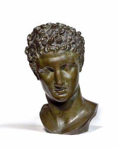 Buste d'Antinoüs en bronze à patine verte...