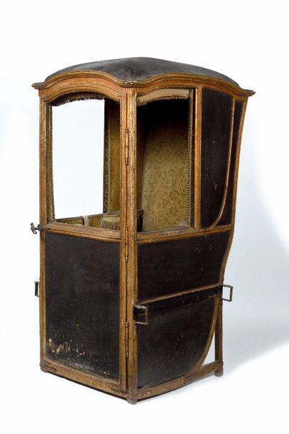 Chaise à porteur en bois peint et doré (à...
