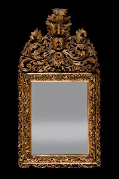 Miroir à fronton en bois doré à décor ajouré...