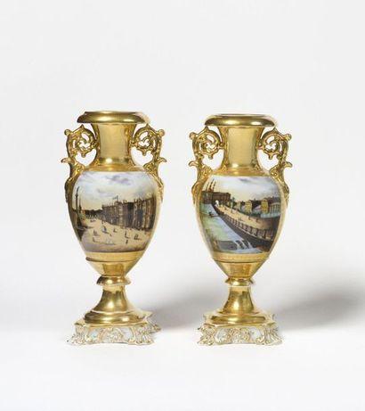 Paire de vases  Dans le goût de la Manufacture...