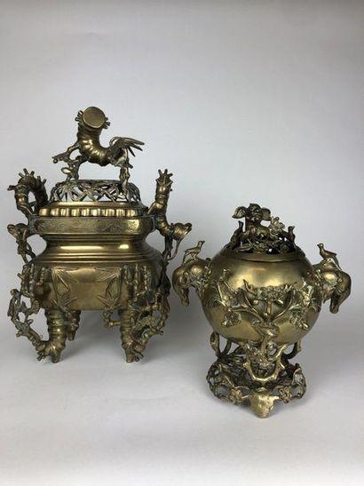 JAPON Deux brule parfum en bronze patiné...