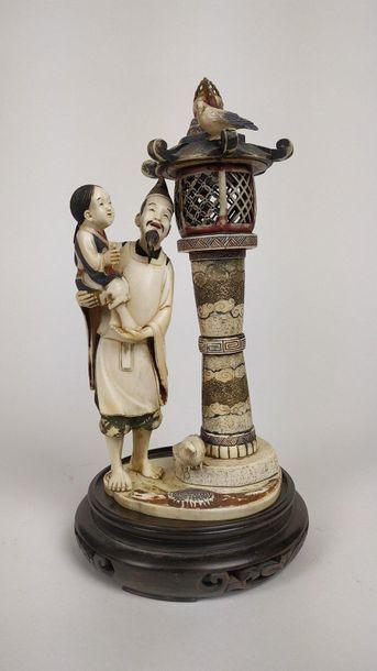JAPON Groupe en ivoire sculpté et polychromé...