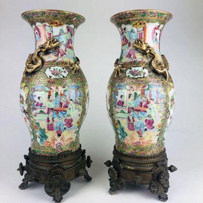 CHINE Paire de vases balustre en procelaine...