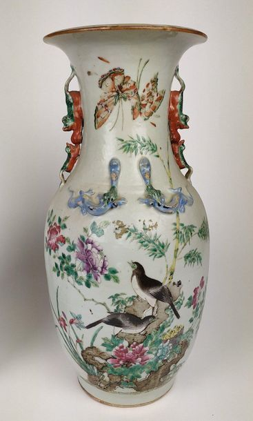 CHINE Deux vases formant paire de forme balustre...
