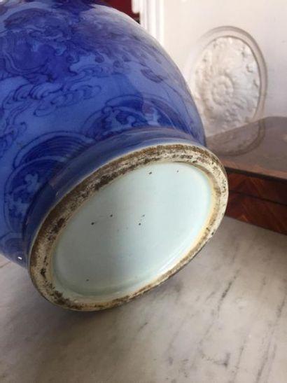 CHINE Belle Paire de vases de forme balustre en porcelaine à fond monochrome bleu...