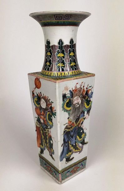CHINE Grand vase de section carrée en porcelaine...