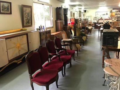 Photo d'ensemble : Argenterie, Commode, bureau, fauteuil, lustre cristal, piano,...