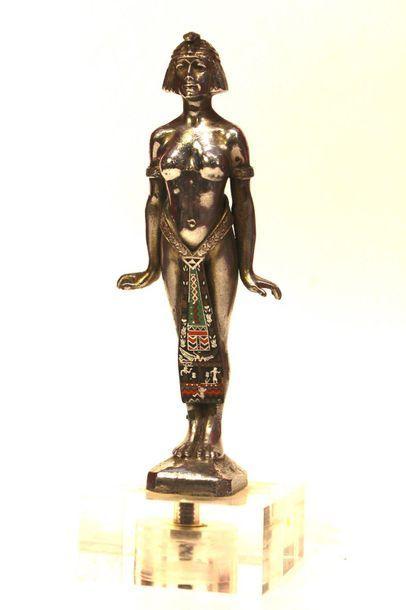 Egyptienne  Mascotte non signée. Bronze argenté,...