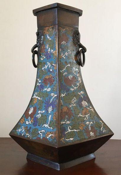 JAPON Vase en bronze cloisonné à pans coupés...