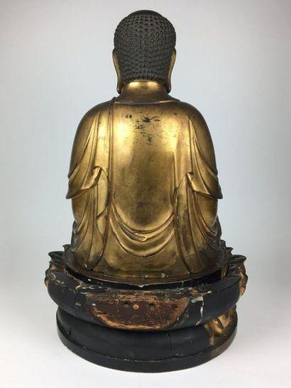 JAPON Grand bouddha en bois sculpté laqué or assis en padmasana sur un double socle...