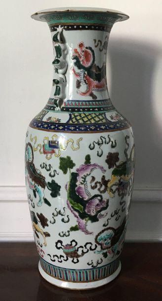 CHINE Vase balustre en porcelaine polychrome...