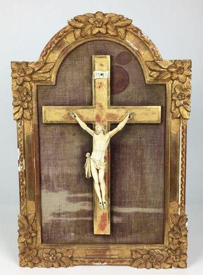 CHRIST dans un cadre en bois doré à fronton...