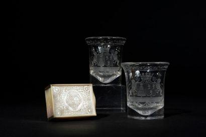 Paire de gobelets en cristal gravé d'une...