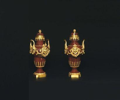 Paire de vases couverts de forme balustre,...