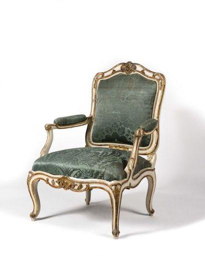 Grand fauteuil à châssis en bois peint et...