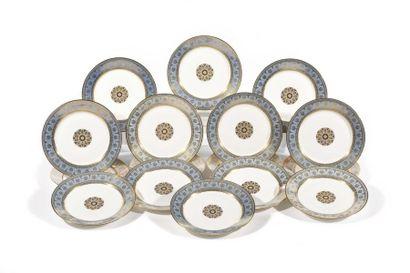 Sèvres Ensemble de seize assiettes en porcelaine...