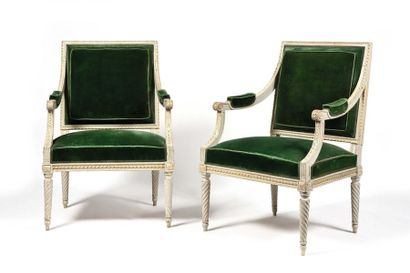 Paire de fauteuils en hêtre peint et doré...