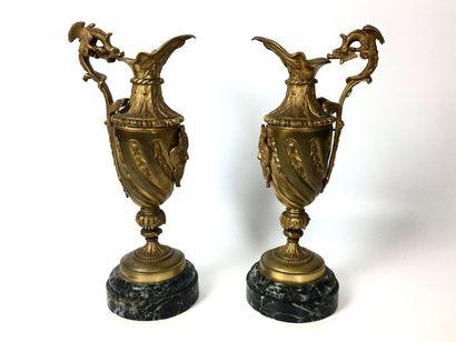 PAIRE D'AIGUIERES en bronze doré ciselé de...