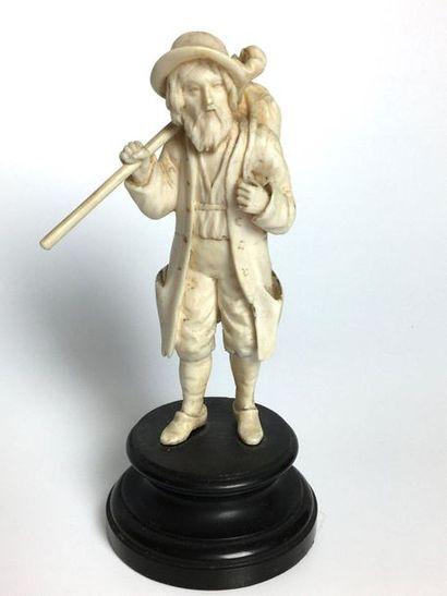 SUJET en ivoire sculpté représentant un paysan....