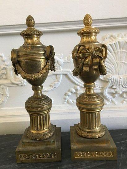 PAIRE DE CASSOLETTES en bronze doré et ciselé...
