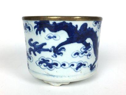 VIETNAM Pot circulaire en porcelaine reposant...