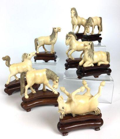 JAPON Huit chevaux du bonheur. Socles bois....