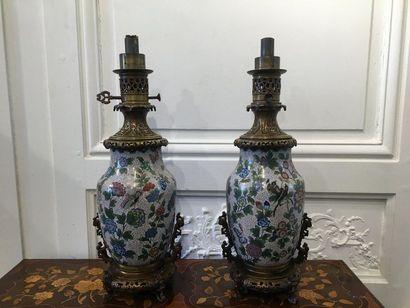 CHINE Paire de vases montés en lampe en bronze...