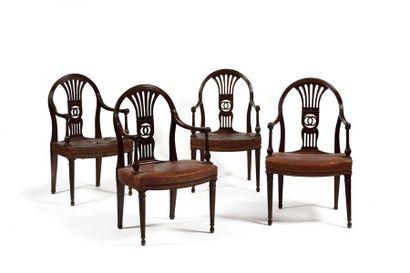 Suite de quatre fauteuils en acajou, à dossier...