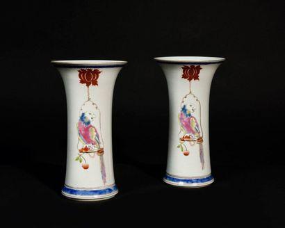 Chine Paire de vases de forme cornet en porcelaine...