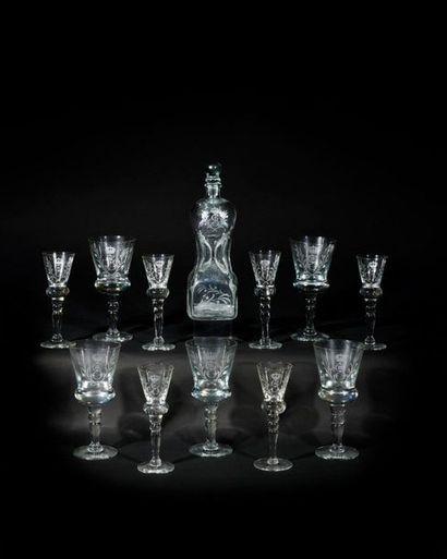 Suite de onze verres et une carafe en verre...