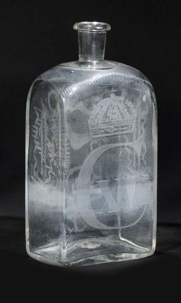 Carafe en verre soufflé et gravé de motifs...